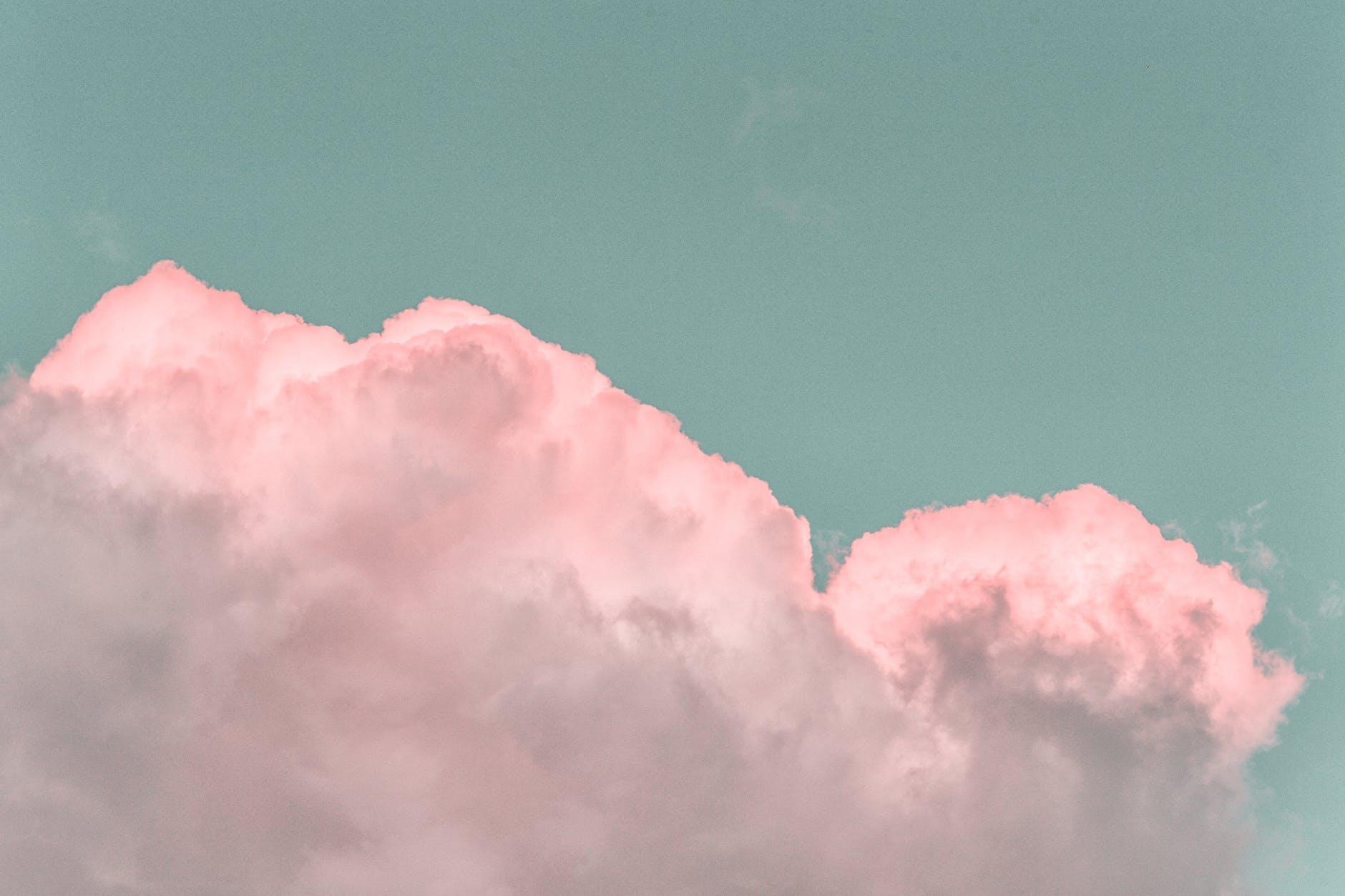 Valkoiset pilvet taivaalla
