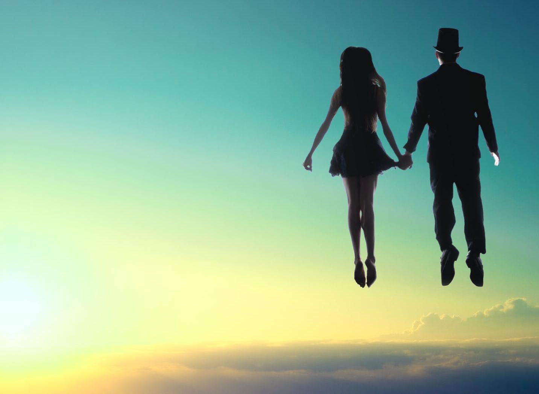 Nainen ja mies kelluvat taivaalla