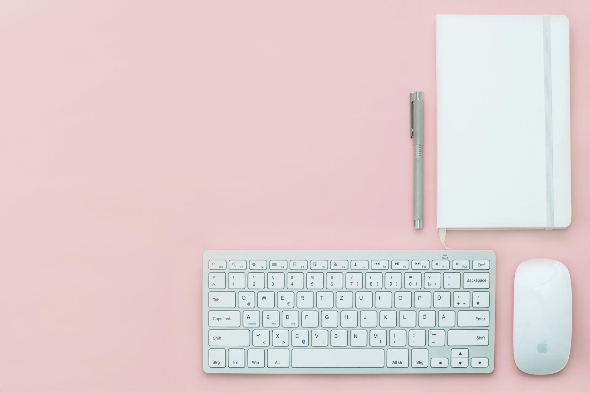 Työpöytä vaaleanpunainen